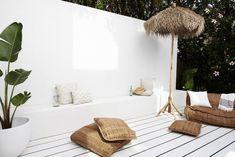 Three Birds' Santorini-inspired Australian home renovation - getinmyhome Home Renovation, Home Remodeling, Banco Exterior, Outdoor Spaces, Outdoor Living, Home Interior, Interior Design, Interior Plants, Interiors