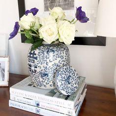 Kinesisk urna med lock i blå vit porslin.
