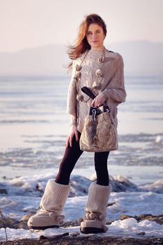 Paola Mela cashmere snow boots, necklace and sweater. Sati Bibò bucket Antoniette.