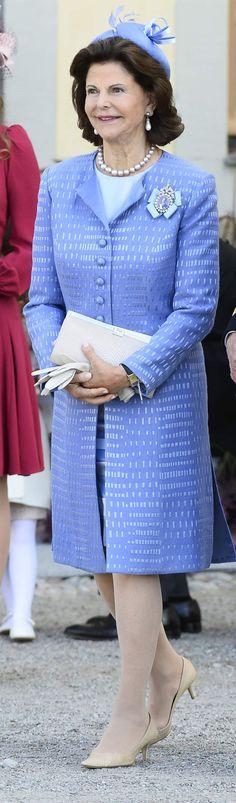 <span>Drottning Silvia i blå kappklänning och matchande hatt. </span>