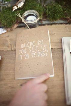 faire 3 livres d'or :  comment vous nous voyez dans 20 ans,  les choses à faire et à ne pas faire pour que notre mariage fonctionne.  j'adore le ton décalé et :)