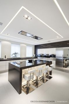 The best modern kitchen design this year. Are you looking for inspiration for your home kitchen design? Take a look at the kitchen design ideas here. There is a modern, rustic, fancy kitchen design, etc. Luxury Kitchen Design, Kitchen Room Design, Luxury Kitchens, Home Decor Kitchen, Modern House Design, Interior Design Kitchen, Kitchen Ideas, Interior Modern, Interior Ideas