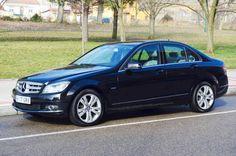 """La combinación de color negro en el exterior con el gris claro para el interior le da a este Mercedes C200 cdi el toque elegante. El acabado Avantgarde con los cromados exteriores, las llantas 17 """", la estrella grande en la rejilla delantera, la tapicería en piel tela e inserciones de aluminio en puertas y salpicadero le dan el toque deportivo. El motor diesel de 136 c.v. con una velocidad punta de 215 km/h y consumos para carretera de 4,5 l/100 km le dan el toque sensato a tu compra."""