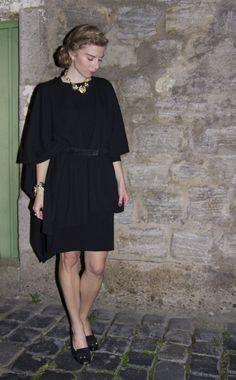 dress: Naf Naf/poncho: Eterna/belt: Dorothee Schumacher/Pumps: Clarks/necklace: Review