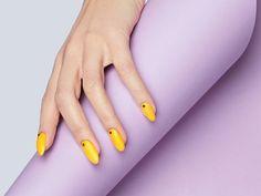colori smalto estate 2021 manicure a mandorla di colore giallo con puntini neri Yellow Nails Design, Yellow Nail Art, White Nail Art, White Nails, Almond Nails Designs, Blue Nail Designs, Nail Manicure, Nail Polish, Nail Art Hacks
