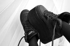 jag bygger mig ett torn här att bo i, precis vid platån. Grunge Shoes, Goth Shoes, Dark Fashion, Grunge Fashion, Street Fashion, Platform Boots, Platform Sneakers, Buffalo Boots, Punk Outfits