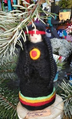 mujer mapuche en fieltro. Softies, Puppets, Four Square, Wool Felt, Diy And Crafts, Fairy, Christmas Ornaments, Holiday Decor, Molde