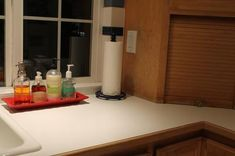 Here are several kitchen sink organization ideas used by readers who've done the kitchen organization challenge, making their sink area more functional and visually pleasing at the same time. Kitchen Wall Storage, Window Seat Kitchen, Kitchen Sink Organization, Sink Organizer, Kitchen Pantry, Kitchen Layout, Diy Kitchen, Organization Ideas, Household Organization