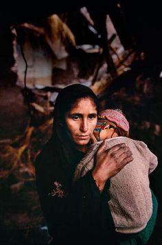 Portrait d'une femme et son enfant au Kasmir - Photographié par Steve McCurry. Pour plus d'info, voir sa biographie sur cette page : http://www.declic.photo/magazine/portrait/a-96-steve-mccurry.html