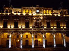 Hernaniko udaletxea gauez. El ayuntamiento de Hernani de noche.