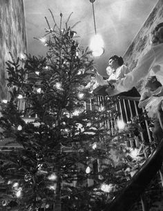 george sutton and her family decorating their christmas tree at home stampa fotografica di ralph crane su allposters