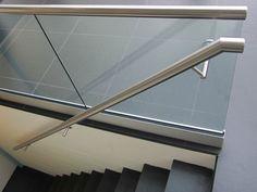 RVS glasbalustrade 'easy rail' met aluminium vloerprofiel en RVS trapleuning