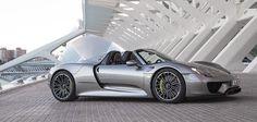ÚNICO - Un súper auto que encarna la esencia de Porsche,  el 918 Spyder fue construido para convertirse en el auto de la década: sumamente eficiente y un poderoso híbrido.  Este modelo cuenta con tres motores y cinco modos de conducción.  Posee la potencia de un automóvil de carrera con un bajo consumo de combustible.
