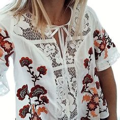We're pretty much obsessed with these floral details.  : @whitneybearr (link in bio to shop)
