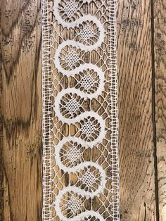 La Malle à Secrets de Camille Lacemaking, Bobbin Lace, Scarfs, Animal Print Rug, Hand Embroidery, Tatting, Diy And Crafts, Floral, Projects