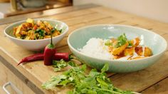 Saag paneer is een spinaziegerecht met tomaat en Indische kaas (paneer). Het is een bijgerecht dat Jeroen serveert met een mild pikante madras curry. Prachtig om te zien en boordevol smaak.