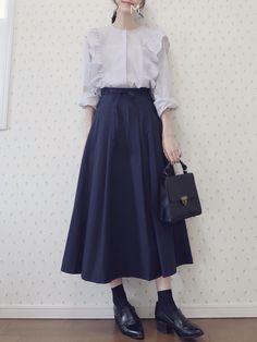 ファッション ファッション in 2020 Muslim Fashion, Modest Fashion, Skirt Fashion, Hijab Fashion, Fashion Dresses, Japan Fashion, Look Fashion, Fashion Design, Vintage Outfits
