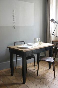 Table en bois brut et patine faux noir