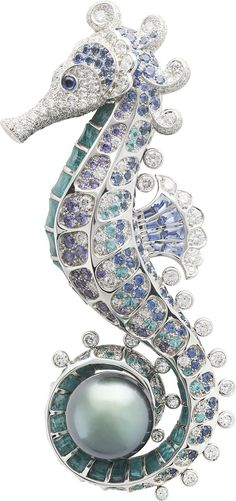 Hippocampe clip: Gray cultured pearl, blue and mauve sapphires, Paraíba-like tourmalines, amazonite, diamonds. © Van Cleef & Arpels