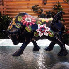 Toro ceramica estilo mexicano. Taller Cristina Leiva Mora Elephant Sculpture, Bird Sculpture, Animal Sculptures, Ceramic Pottery, Ceramic Art, Alphonse Mucha, Cow Creamer, Cow Parade, Elephant Parade
