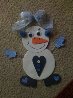 Cute snowman made from a paper plate. It's actually a snow woman. Easy preschool christmas craft, christmas craft for kids, snowman craft.
