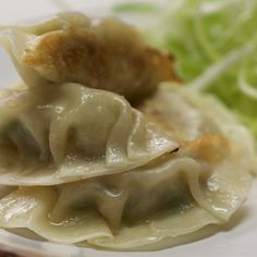 Chicken Gyoza How to make delicious chicken gyozas at home! Chicken Gyoza, Chicken And Dumplings, Asian Recipes, Healthy Recipes, Ethnic Recipes, Good Food, Yummy Food, Chicken Recipes, Chicken Pot Stickers Recipe