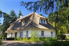 Prachtige Monte Viso met rieten kap. In de mooie, bosrijke omgeving komt de woning volledig tot haar recht.