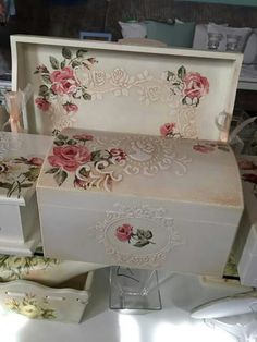 Caja elegante Painted Boxes, Wooden Boxes, Hand Painted, Decoupage Art, Decoupage Vintage, Vintage Box, Shabby Vintage, Shabby Boxes, Pretty Box