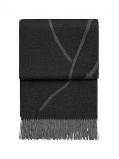 Frontansicht von Babyalpaca Plaid Amazing in der Farbe Light Grey Dark Grey. Trends, Light In The Dark, Dark Grey, Plaid, Shades, Plush Area Rugs, Bedroom, Living Room, Black Carpet
