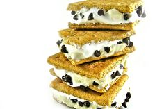 If you love campfire s'mores, you'll really love these luscious, low fat frozen treats. I'm using all the yummy flavors of a classic s'more. This recipe makes 1 serving, so it's easy t… Ww Desserts, Weight Watchers Desserts, Dessert Recipes, Dessert Bread, Light Desserts, W Watchers, Semi Sweet Chocolate Chips, No Calorie Foods, Diet Foods