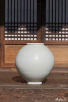 [예스튜디오] 달항아리 사진촬영 - 양구작가 작품촬영 태그 : 도자기사진촬영, 미술품사진, 회화사진, 조소... Korean Pottery, Moon Jar, Feng Shui, Korean Art, Korean Traditional, Museum Exhibition, Deco Furniture, Wabi Sabi, Ceramic Art