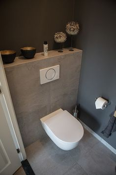 Modern toilet De Bilt Toilet Wall, Small Toilet Room, Guest Toilet, Bad Inspiration, Upstairs Bathrooms, Wc Bathroom, Downstairs Toilet, Bathroom Toilets, Bathroom Inspo
