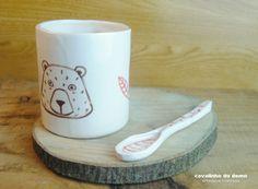 Tazas de cerámica hechas con arcilla blanca, pintadas con pigmentos y esmaltadas.Se pueden usar en microondas y lavavajillas.Puede haber pequeñas di