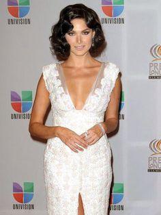 BLANCA SOTO    En la pasada entrega de Premio Lo Nuestro, la actriz de El Talismán (Univisión) llevó un peinado con rizos pin, un estilo que predominó en la década de los 20 y que regresa con fuerza para la temporada de primavera/verano.