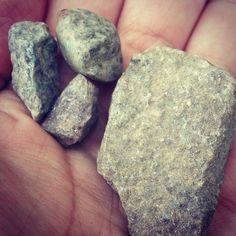 کلمه: سنگ. توضیح: چیزی که خیلی سفت است، در کوه زیاد پیدا می شود. مثال: در دستم چهار تکه سنگ دارم. #learnpersian #zangefarsi www.zangefarsi.com