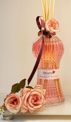 Aromatizador de varetas 250 ml - Linha Romantic Frasco cinturinha de 250 ml com tampa rosa, decorado com flor e fita. Dentro aromatizador de ambiente em diversos aromas a escolher. Acompanha 6 varetas, sendo 1 com fita combinando Aromas disponíveis: Trouss Gold, Anyes, Cereja flor, Capim ...