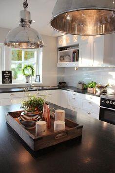 czarny blat do białej kuchni