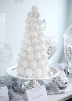 Wedding cake inspiration for the non-traditional bride. These towering meringue forward cakes are perfect for sharing and make a stunning center piece to any table. Sweet, crisp and melt-in-the-mouth good, these towards displays are sure to turn heads. Silver Christmas Decorations, Christmas Sweets, White Christmas, Christmas Cookies, Christmas Time, Xmas, Christmas Sweet Table, Deco Table Noel, Naked Cakes
