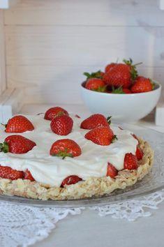 Hallo Ihr Lieben! Heute habe ich ein Rezept für eine einfache und schnell zubereitete Erdbeertorte für Euch. Frisch aus dem Kühlschrank, mit knusprigem Boden, fruchtigen Erdbeeren und einer sahnigen Quarkcreme – einfach lecker! Alles Liebe, Carina ♥