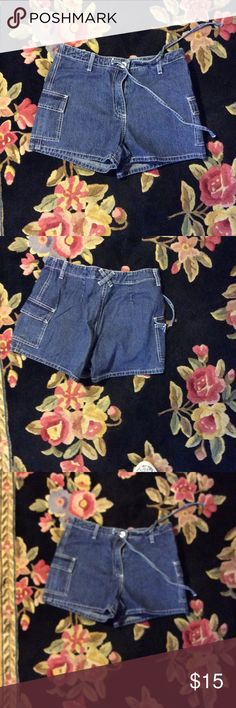 Cute denim short shorts This pair of denim short shorts has a tie at the waist for slight adjustment and two cute side pockets Express bleus Jeans