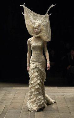 Ce soir @MagEntreeLibre plonge dans l'univers  d'#AlexanderMcQueen pour l'expo Savage Beauty @V_and_A à Londres!