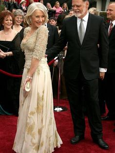 In Helen Mirren won best actress for her work in The Queen, wearing a bodice-skimming Christian Lacroix gown Lace Dress Styles, Lovely Dresses, Beautiful Outfits, Best Oscar Dresses, Oscar Gowns, Dame Helen, Hollywood Dress, Oscar Fashion, Helen Mirren