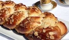 This tsoureki recipe, a sweet yeast bread made of eggs, milk, and butter, is a staple during Greek Easter. Easy Smoothie Recipes, Easy Smoothies, Snack Recipes, Tsoureki Recipe, Greek Easter Bread, Greek Cooking, Wie Macht Man, Cinnamon Cream Cheeses, Pumpkin Spice Cupcakes