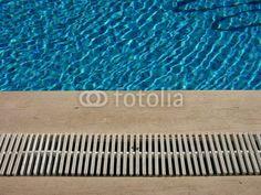Der Beckenrand eines Swimmingpools in Bodrum an der türkischen Riviera in der Türkei