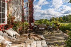 En helt fantastisk våning ligger ute till försäljning i vackra Villa Lagercrantz på Svalnäsvägen i Djursholm. Eklektiskt och hemtrevligt men ändå med attityd. Jag älskar det här hemmet. HÄR kan ni se