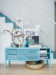IKEA Deutschland | Ein dekorativer Flur mit einer SVIRVEL Arbeitsleuchte, BEGÄRLIG Vasen und RIBBA Bilderrahmen.  http://www.ikea.com/de/de/catalog/products/70280747/ #Flurdekoration #Flurinspiration #türkis
