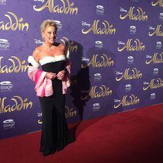 Tanja Schumann eröffnet den Roten Teppich auf der Premiere von Disneys #Aladdin #AladdinHamburg 