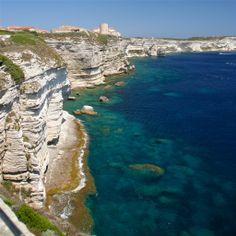 La Haute-Ville médiévale offre aux visiteurs des à-pics vertigineux sur une mer d'un bleu turquoise exceptionnel...  Crédit-photos: Bouche Bonifacio