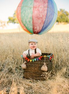 A DIY hot air balloon baby photo session Balloons Photography, Photography Props, Family Photography, Outdoor Photography, Ballons Fotografie, Diy Hot Air Balloons, Latex Balloons, 6 Month Baby Picture Ideas, Kid Decor