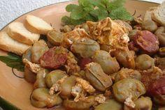 Favas Guisadas com Ovos e Linguiça Para 4 pessoas 1 kg de favas. ½ linguiça. 4 ovos. 1 cebola grande. 5 dentes de alho. Polpa de tomate (6 colheres de sopa) 1 caldo de carne. 1 copo de vinho branco bem cheio. Especiarias (pimenta da Jamaica em grão; pimenta preta; piri-piri) Azeite. 2 copos...